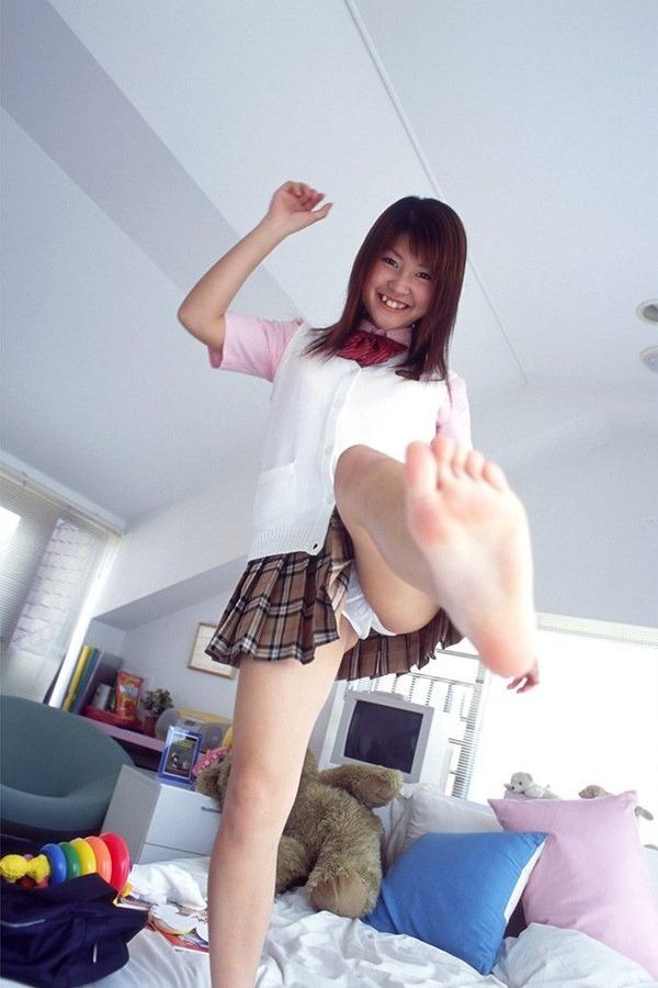 女子の股間7片足上げ (1)