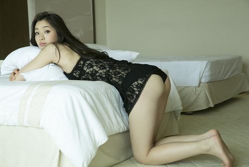 足立梨花のお尻が魅力的なグラビア画像025
