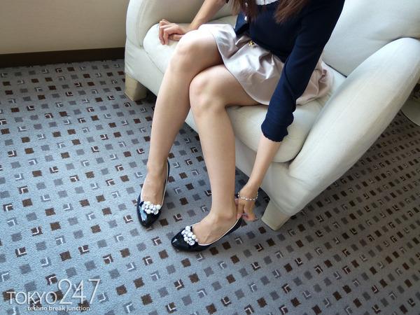 22才お嬢様ふう美女かほ2ソファーでパンツ見せの画像 (3)