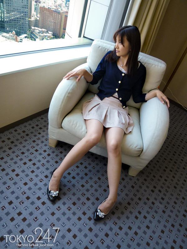 22才お嬢様ふう美女かほ2ソファーでパンツ見せの画像 (5)