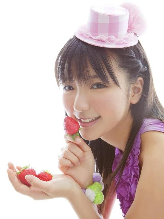真野恵里菜8帽子紫ブラウス画像 (1)