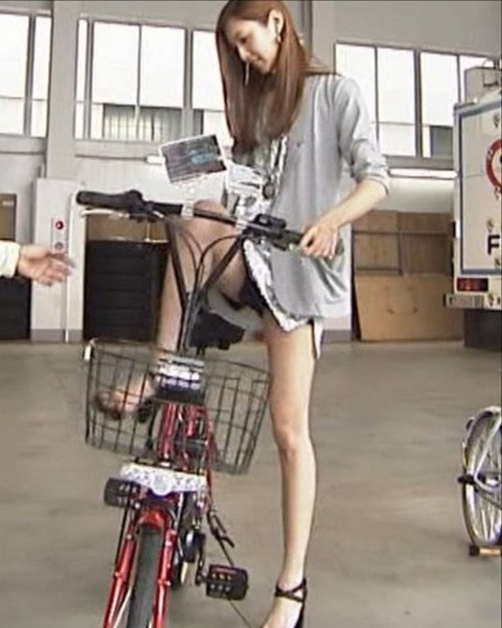 菜々緒5自転車パンチラ風画像