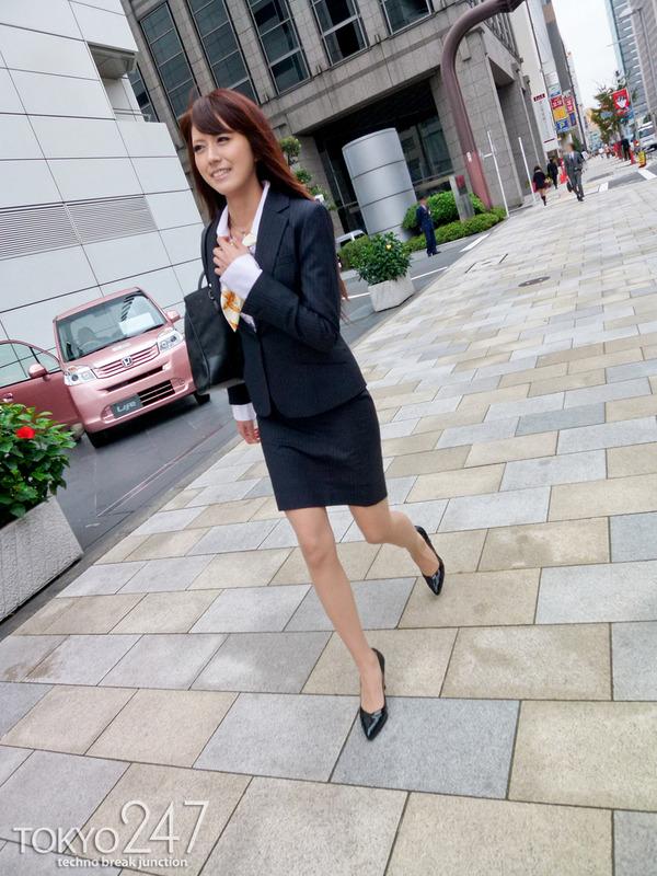 変態ドMっ娘3OL制服で散歩する画像 (9)