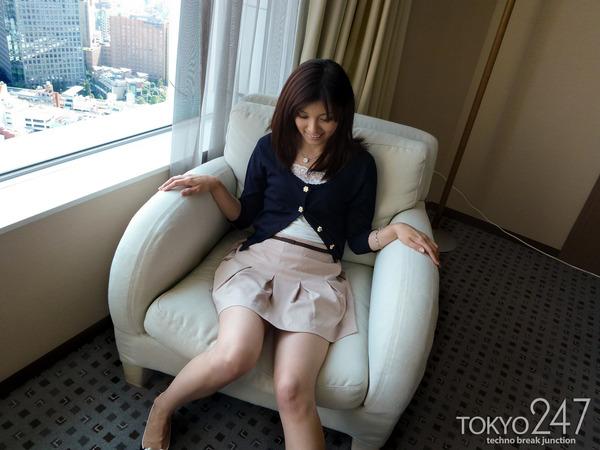 22才お嬢様ふう美女かほ2ソファーでパンツ見せの画像 (6)