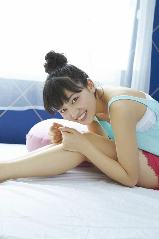 川口春奈4ベッドでまったりしている画像 (11)