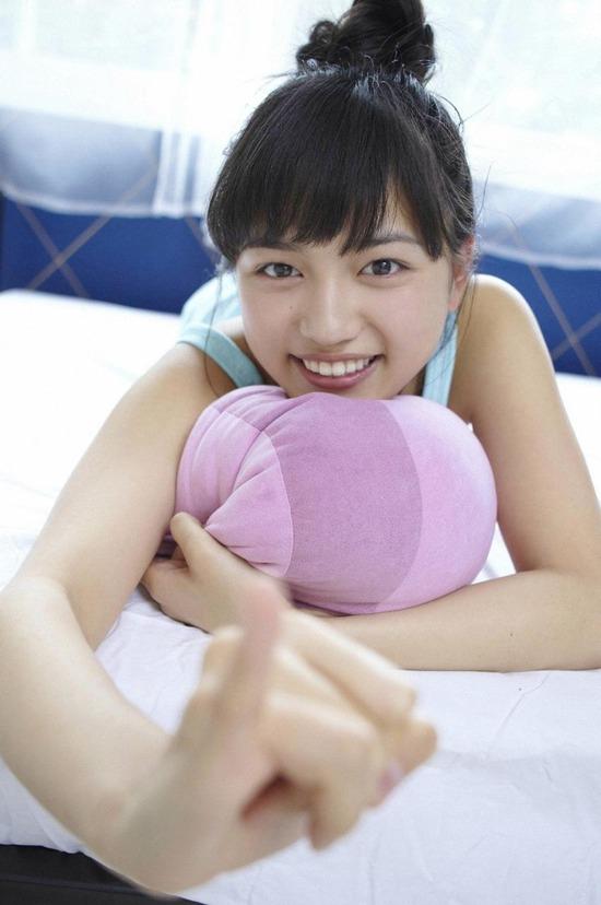 川口春奈4ベッドでまったりしている画像 (9)