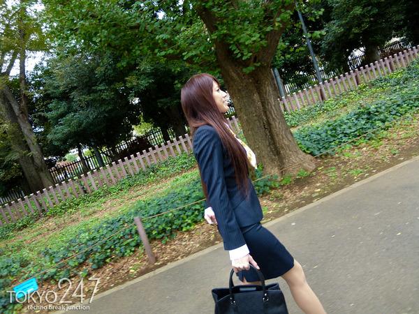 変態ドMっ娘4OL制服で散歩する画像 (9)