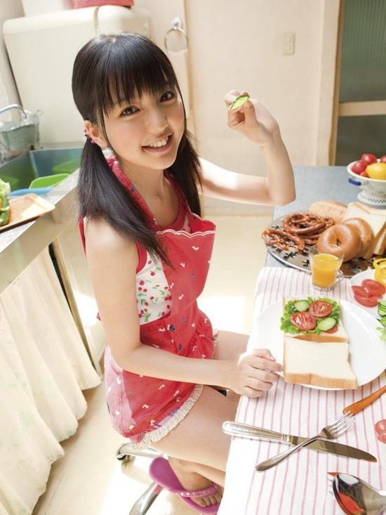 真野恵里菜8ホットパンツ画像 (9)