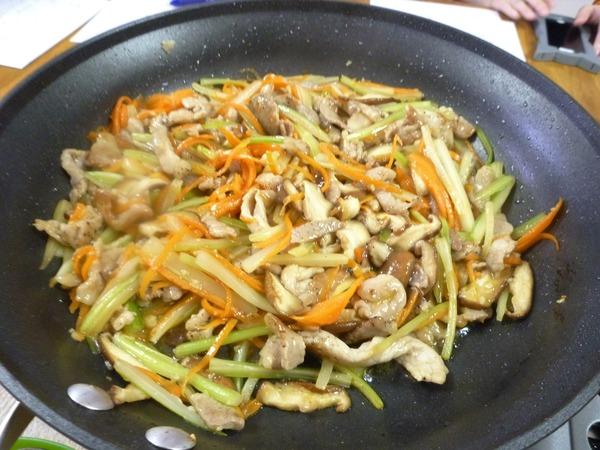 セロリと豚肉の炒め物 NYCooking P1570325 (2)