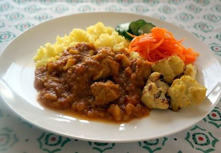 イエローチキンカレーと野菜の付け合わせ1