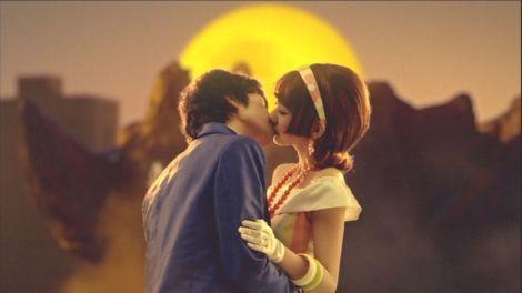 新曲「ギンガムチェック」のMVで俳優・武田航平とキスシーンを披露する柏木由紀