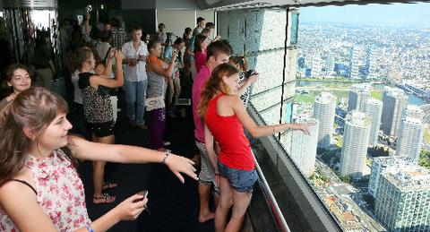 横浜ランドマークタワーの展望台で景色を楽しむロシアの学生たち