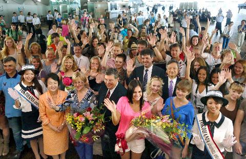 横浜港に到着し、歓迎式典で笑顔を見せるロシアの学生たち