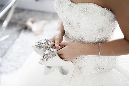 結婚式に白いドレスできた友人