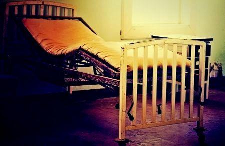 呪われた病院のベッド