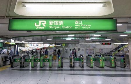新宿駅で女性狙い「タックル」する男