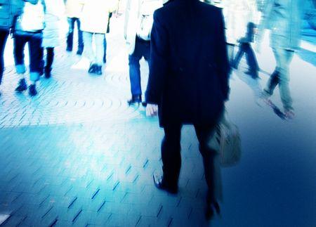 街や駅で「わざとぶつかる人」