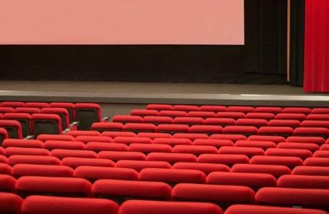 なぜ映画館でスマートフォンをいじるのか 2人の学生に理由を聞いてみた