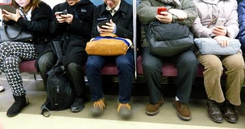 電車の中でみんながスマホをいじっている光景は異常、何見てんの?