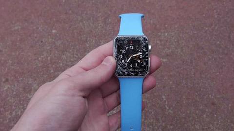 【信者閲覧注意】「Apple Watch」が簡単に割れすぎて無惨な姿に