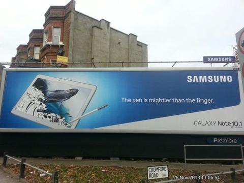 サムスン広報、「ペニスは指よりも強い」広告は誤植ではなく偽物と回答