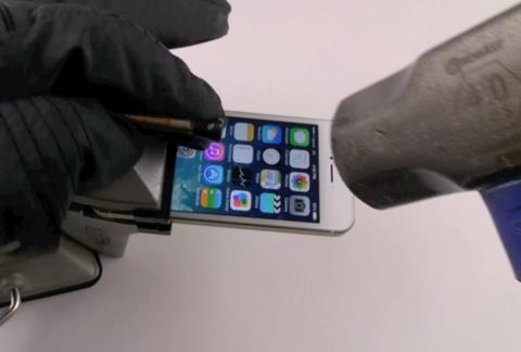 「iPhone 5s」を金槌で叩いて折曲げ破壊する実験動画が登場