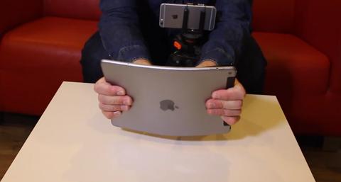 極薄の「iPad Air2」、やはり曲げだす人が登場(動画)