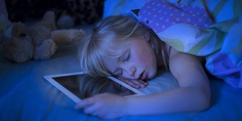 子どものスマホ使いすぎに文科省が警告、寝不足で睡眠の質も悪化