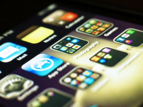 スマホアプリ、約1割が個人情報を無断収集 -総務省調査