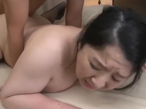 【母子相姦動画】ムッチリお肉を持て余した熟体突きまくると色白おっかさんが可愛らしく喘いだ!小倉和香
