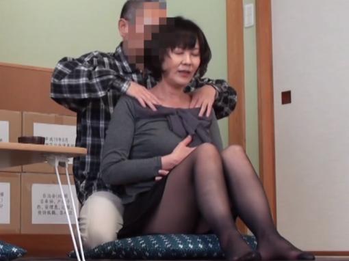 近所の奥さんをマッサージするふりをしてセックスする男