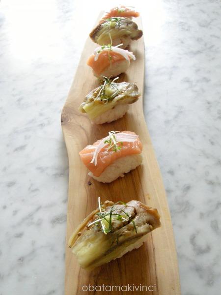 2 tipi di sushi sul piatto di olivo