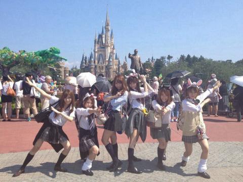 【韓国の反応】日本の成人女性の間でも流行している「制服ディズニー」とは?