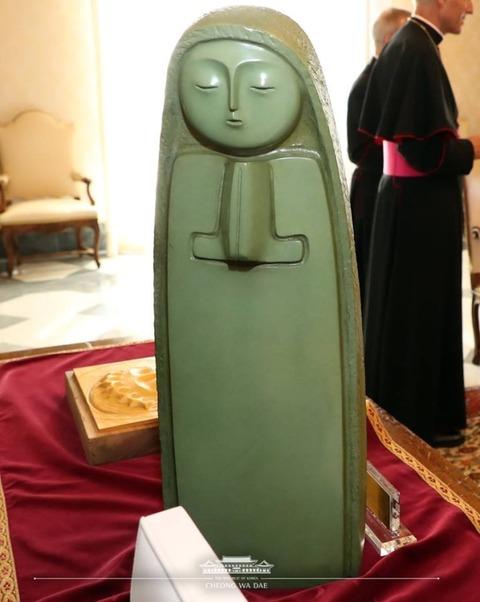 【韓国の反応】ムンジェインがローマ法王にプレゼントしたキリストのレリーフと聖母マリア像が「いやげもの」な件