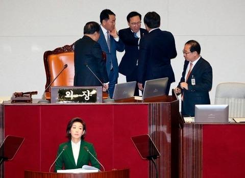【韓国の反応】ソウルの外国人記者クラブ、韓国の政権与党を批判「言論統制に反対する。ブルームバーグの記者個人に対する共に民主党の声明は、記者への恫喝であり自由の冒涜」