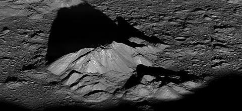 ティコの中央にある構造物によってできた長く暗い影。
