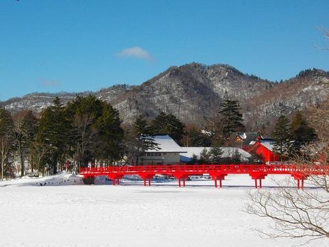 氷結した大沼上の赤城神社