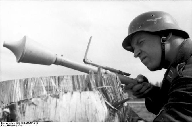 パンツァーファウスト30 Kleinを構えるドイツ空軍歩兵