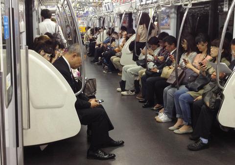 電車の中でアニメ見るヤツ