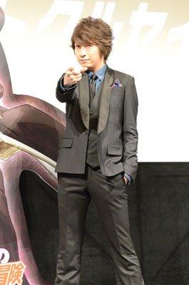 空条承太郎の決めポーズで撮影に応じる小野大輔