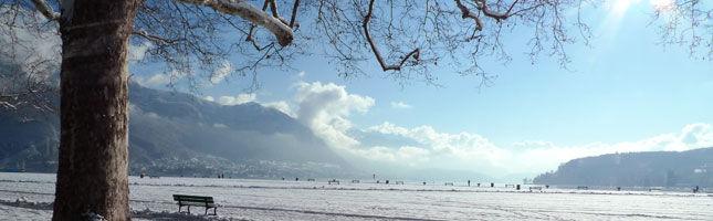 美しく凍ったアヌシー湖