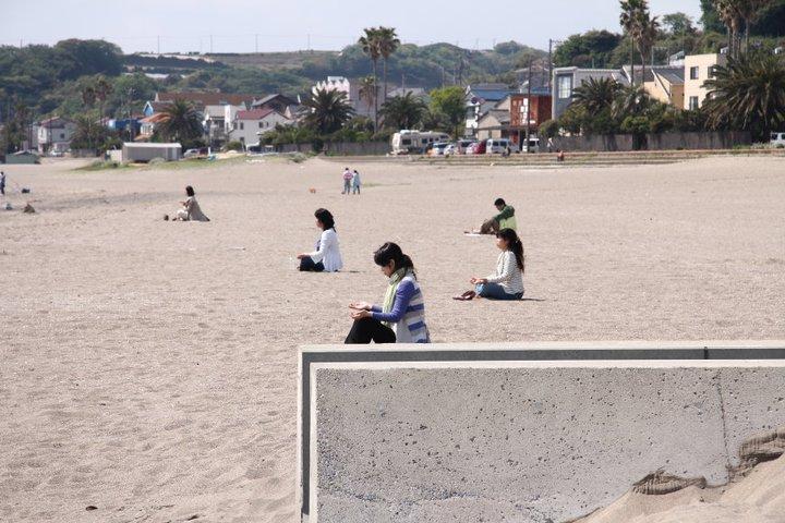 海岸で瞑想する集団