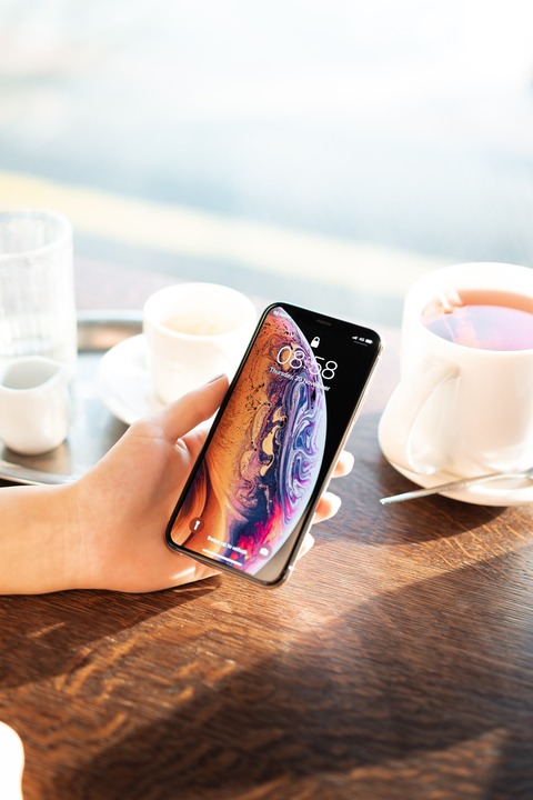 showing-an-iphone-xs-in-cafe-picjumbo-com