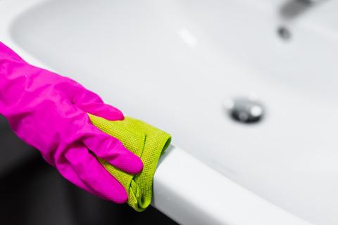 bathroom-cleaning-microfibre-cloth-polishing-picjumbo-com