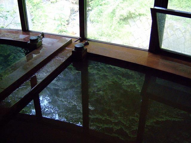 初谷温泉の湯船