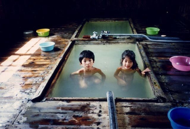 温泉で育つ