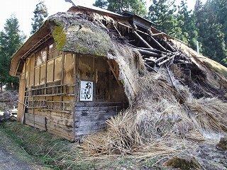 おしんの生家撮影の民家・雪で崩れ(2012年4月28日)