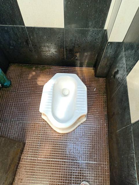 トイレ カンボジア 01
