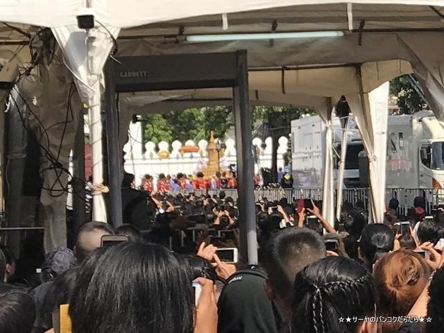 故プミポン前国王 火葬式 王宮前広場 参列 (5)