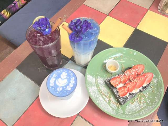 Blue Whale Cafe バンコク 青いラテ (12)